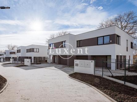 domy z ulice   Rezidenční projekt V REMÍZKÁCH - 12 rodinných domů o dvou jednotkách se zahradami v Klecanech, Praha