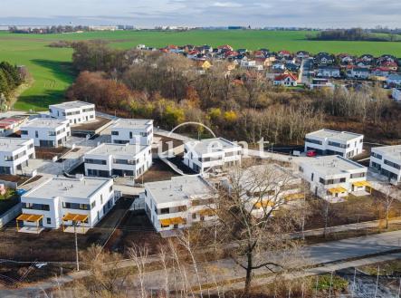 nový projekt   Rezidenční projekt V REMÍZKÁCH - 12 rodinných domů o dvou jednotkách se zahradami v Klecanech, Praha